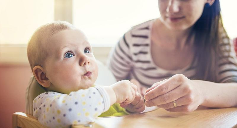 pierwszy posiłek niemowlaka